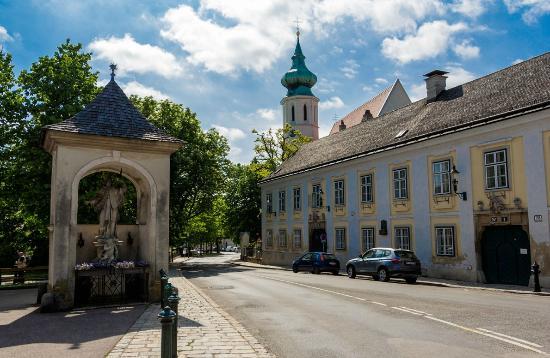 https://www.tripadvisor.at/Attraction_Review-g190454-d7073030-Reviews-Grinzinger_Pfarrkirche-Vienna.html